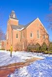 Vieille chapelle sur un campus d'université en verticale de l'hiver Image libre de droits