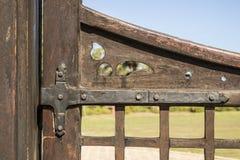 Vieille charnière de porte fixée à une porte en bois photo stock