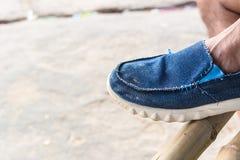 Vieille chaussure bleue de foyer sélectif pour le fond Image libre de droits