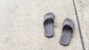 Vieille chaussure de sandale sur la rue Photo stock