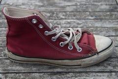 Vieille chaussure de toile rouge Photo libre de droits
