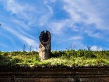 Vieille cheminée détruite contre le ciel photo libre de droits