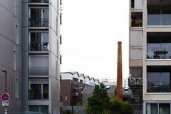 Vieille cheminée d'une des usines de la fabrication du vieux SH images stock