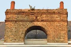 Vieille cheminée de brique avec la sortie double photos stock