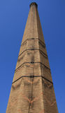 Vieille cheminée de brique rouge (angle faible tiré) avec l'échelle Photos libres de droits