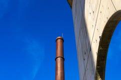 Vieille cheminée en acier d'une usine abandonnée image stock