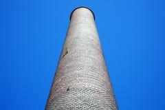 Vieille cheminée industrielle de cheminée d'évacuation des fumées Photo stock