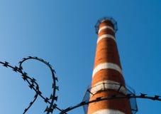 vieille cheminée industrielle grande superficielle par les agents âgée d'usine, vintage sale rouge de grunge de cheminée de briqu Image libre de droits