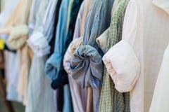 Vieille chemise s'arrêtant sur les brides de fixation en plastique Photos stock