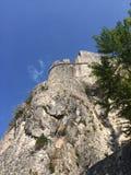 Vieille citadelle en pierre sur la roche Photographie stock libre de droits