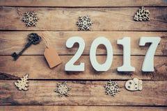 Vieille clé avec l'étiquette et les nombres en bois formant le numéro 2017, pour Image stock