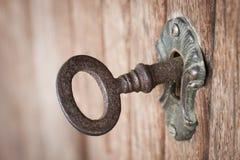 Vieille clé dans un trou de la serrure Images libres de droits