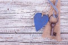 Vieille clé de fer avec un coeur Photographie stock