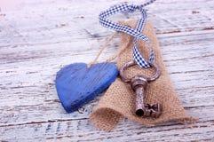 Vieille clé de fer avec un coeur Image libre de droits