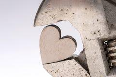 Vieille clé de singe et coeur en bois Images libres de droits
