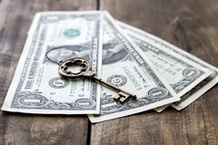 Vieille clé en métal sur les billets de banque des dollars des Etats-Unis Image libre de droits