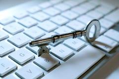 Vieille clé et sur le clavier d'ordinateur Photo stock