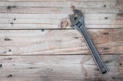 Vieille clé mise sur le fond en bois Photos libres de droits