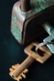 Vieille clé rouillée et serrure en métal sur le fond foncé Image stock