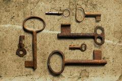 Vieille clé sur le vieux papier texturisé avec les modèles naturels photos libres de droits