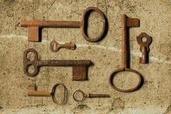 Vieille clé sur le vieux papier texturisé avec les modèles naturels image stock