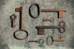 Vieille clé sur le vieux papier texturisé avec les modèles naturels photos stock