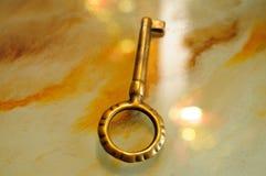 Vieille clé sur un bureau Image stock