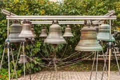 Vieille cloche d'église yaroslavl Fédération de Russie Bell établie pour les au sol de monastère pour l'examen par des touristes photos libres de droits
