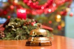 Vieille cloche d'hôtel sur un stand en bois photo stock