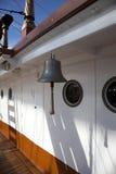 Vieille cloche de bateau Photos stock