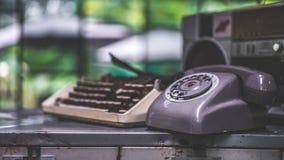 Vieille collection d'affaires de téléphone et de machine à écrire images stock