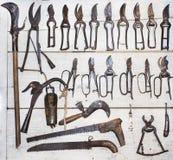 Vieille collection d'outils sur le mur en bois photos stock