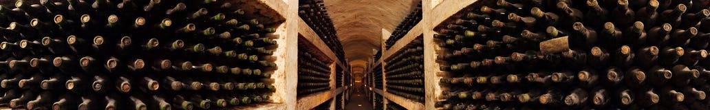 Vieille collection de vin dans la cave images libres de droits