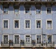 Vieille construction avec la façade carrelée et les hublots endommagés Photo stock