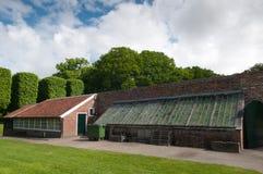 Vieille construction de maison verte à un mur de château Photos stock