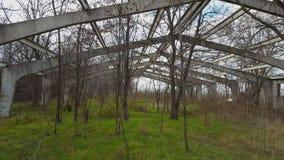 Vieille construction industrielle abandonnée banque de vidéos