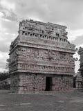 Vieille construction noire et blanche dans Chichen Itza Image libre de droits