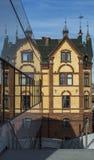 Vieille construction reflétée dans les hublots modernes Photo libre de droits
