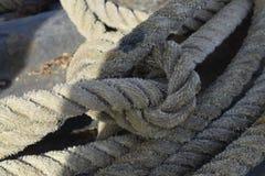 Vieille corde dans un bateau Photo stock