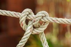 Vieille corde de bateau de pêche avec un noeud attaché Photos libres de droits