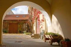 Vieille cour à Vilnius photo stock