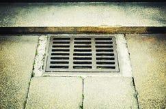 Vieille couverture rouillée de drain Photos libres de droits