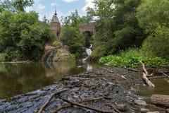 Vieille crique d'Elzbach de branches de pont, de cascade et d'arbre, Allemagne Photographie stock libre de droits