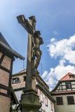 Vieille croix dans la petite ville, Alsace, France Photographie stock libre de droits