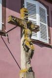 Vieille croix dans la petite ville, Alsace, France Photo libre de droits