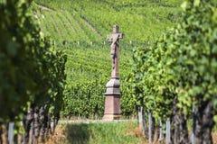 Vieille croix dans le vignoble, France Images libres de droits