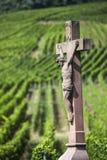 Vieille croix dans le vignoble, France Images stock