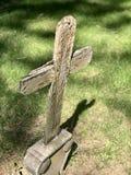 Vieille croix en bois simple image stock