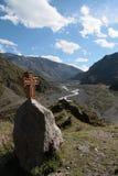 Vieille croix géorgienne devant une vallée Images libres de droits