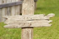 Vieille croix grave en bois occidentale images stock